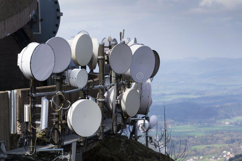 O grupo dos transmissores e as antenas na telecomunicação elevam-se imagens de stock royalty free