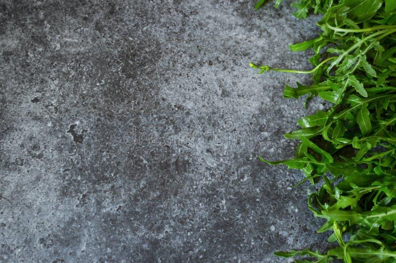 O grupo fresco da rúcula, rucola, salada de foguete sae na mesa de cozinha Composição fresca aromática culinária das ervas com um imagem de stock royalty free