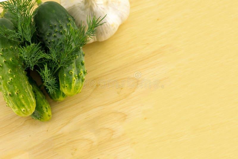 O grupo inteiro do alho do aneto do pepino ajustou o petisco claro aromático conservado dos vegetais para o almoço em um espaço d imagens de stock royalty free
