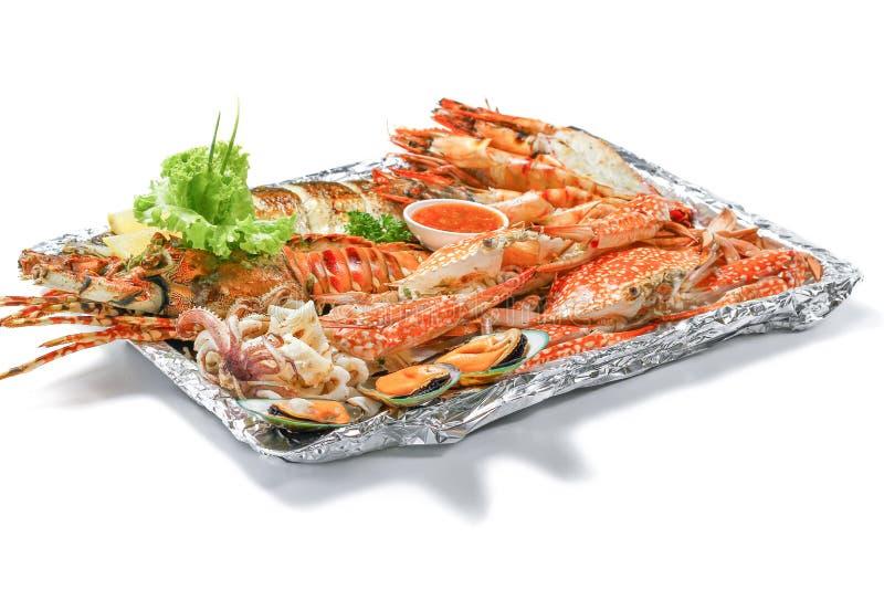 O grupo misturado grelhado da bandeja do Mar-alimento contém a lagosta, os peixes, Clab azul, o camarão grande, os moluscos do me fotografia de stock royalty free