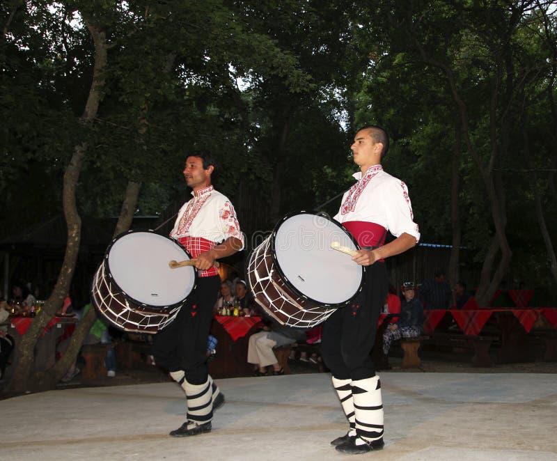 O grupo não identificado da dança popular executa uma mostra para o turista no restaurante de Bivaka Kavarna, Bulgária fotografia de stock