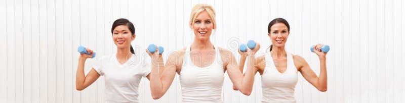 O grupo panorâmico de três mulheres torna mais pesado Pilates de formação fotos de stock royalty free