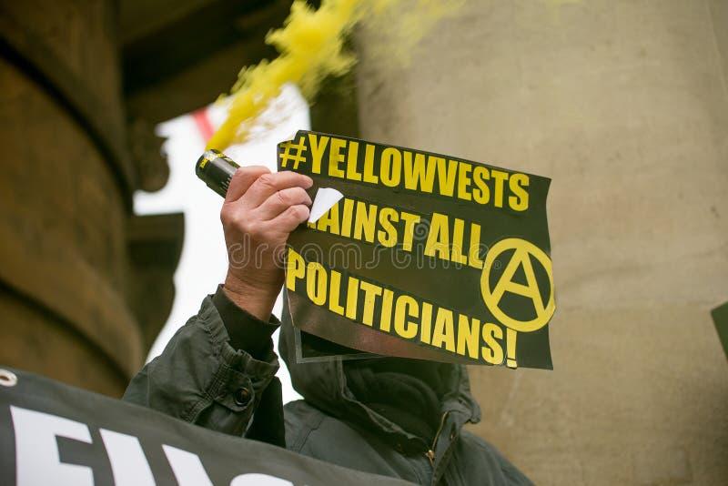 O grupo pequeno de anti anarquistas irritados do governo encena um protesto no lugar de Portland, Londres foto de stock