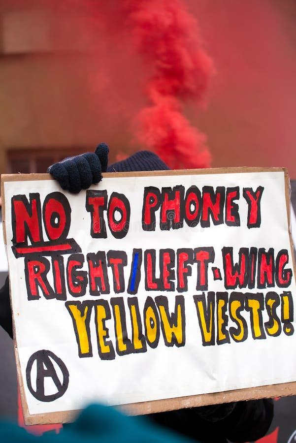 O grupo pequeno de anti anarquistas irritados do governo encena um protesto no lugar de Portland, Londres foto de stock royalty free