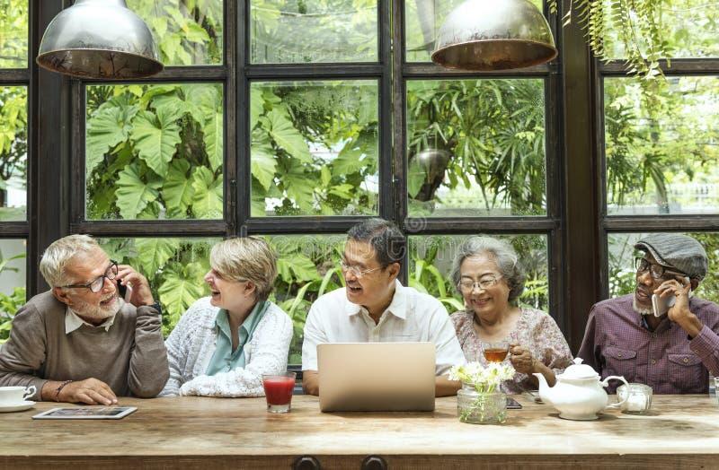 O grupo superior que usa o dispositivo de Digitas relaxa o conceito imagens de stock royalty free