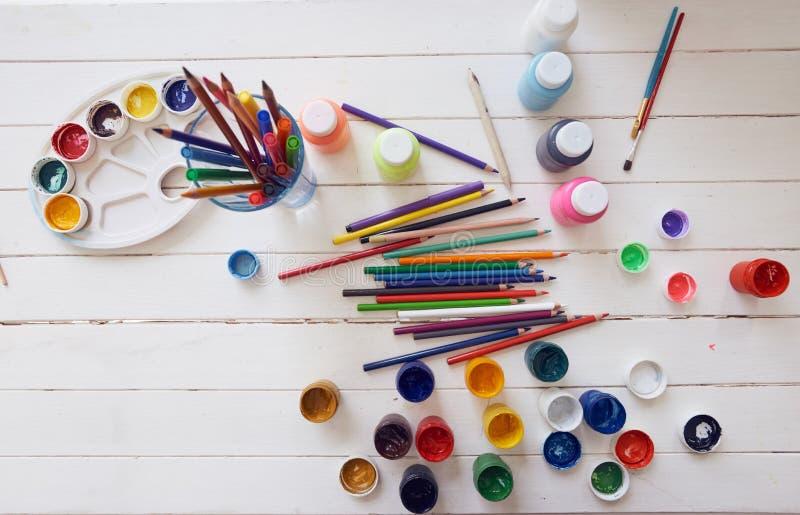 O guache escova lápis para tirar em uma tabela fotografia de stock royalty free