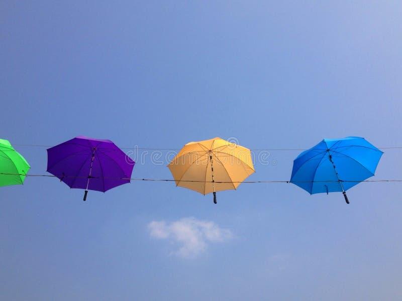 O guarda-chuva colore completamente foto de stock