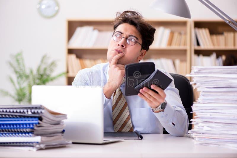 O guarda-livros engraçado do contador que trabalha no escritório imagens de stock royalty free