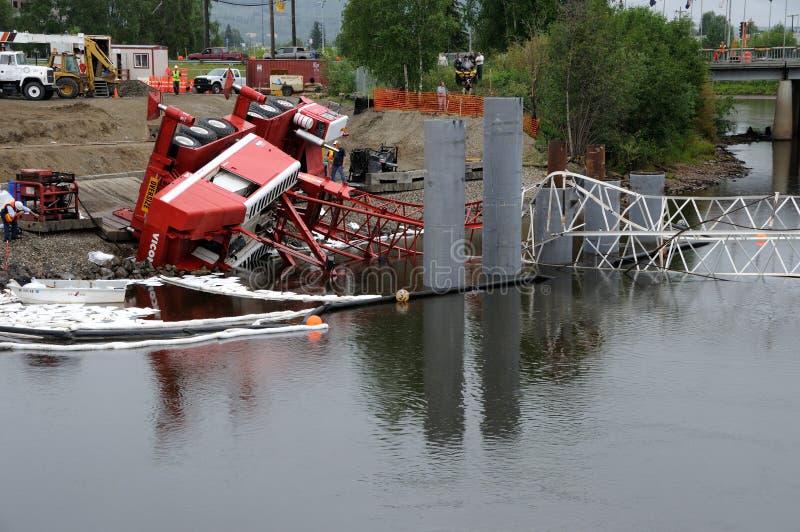 O guindaste de construção da ponte Topples sobre no rio foto de stock