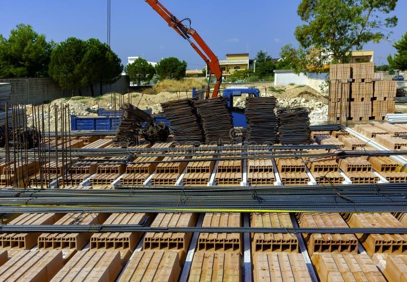 O guindaste estabeleceu materiais de construção das barras de aço, imagem de stock