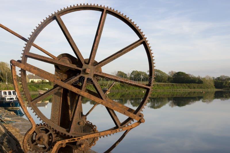 Engrenagens mecânicas velhas do guindaste no cais de Salleen imagens de stock royalty free