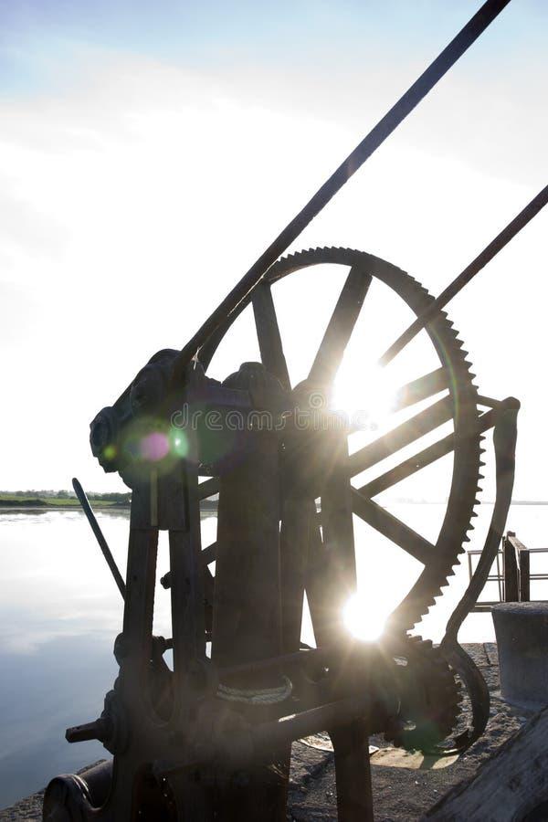 Engrenagens mecânicas oxidadas do guindaste no cais de Salleen fotos de stock royalty free