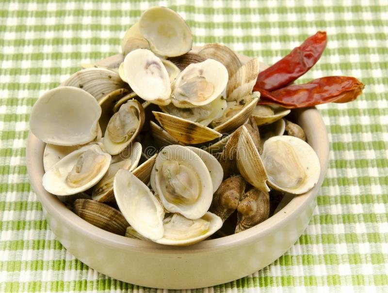 O guisado cozinhou moluscos com alho imagem de stock