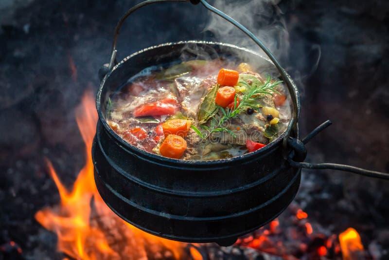 O guisado saboroso e picante do caçador na fogueira fotos de stock royalty free