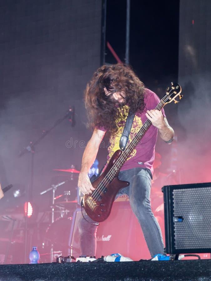 O guitarrista do grupo musical executa na fase no festival anual tradicional da cerveja em Haifa, Israel foto de stock