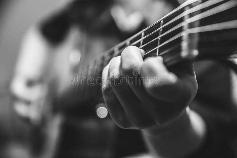 o guitarrista do m?sico joga a guitarra imagem de stock royalty free