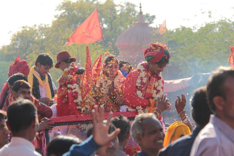 O guru santamente indiano conduz a procissão da cerimônia fiel fotografia de stock