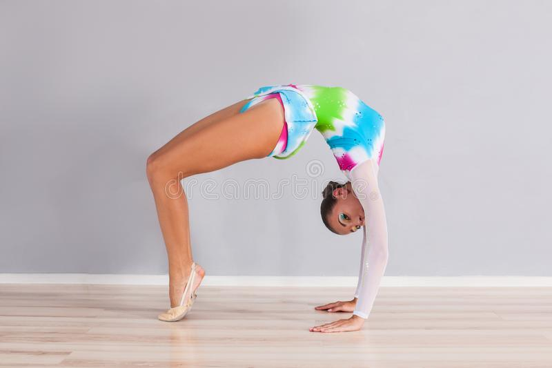 O gymnast da menina executa exercícios foto de stock royalty free