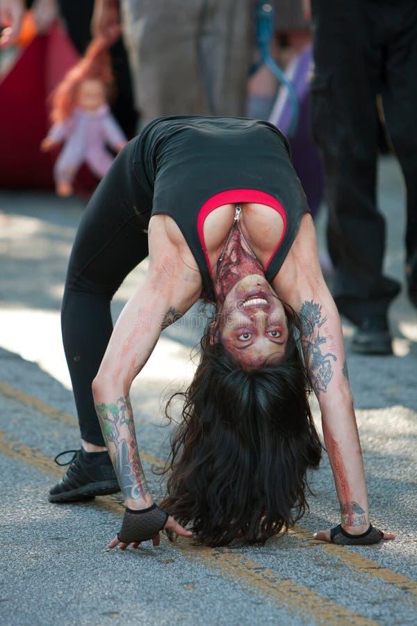 O Gymnast do zombi executa na parada do Dia das Bruxas imagem de stock royalty free