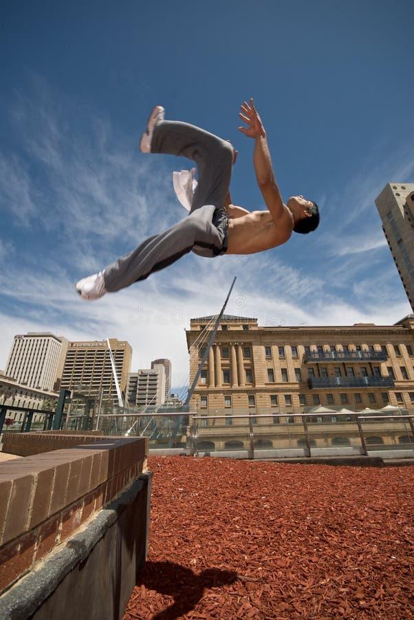 O Gymnast lanç fora da parede imagens de stock royalty free