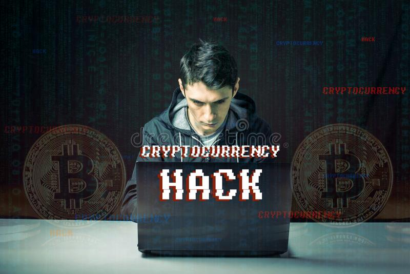 O hacker com uma cara está tentando roubar o cryptocurrency usando um computador Fraude e embuste em Cryptojacking imagens de stock