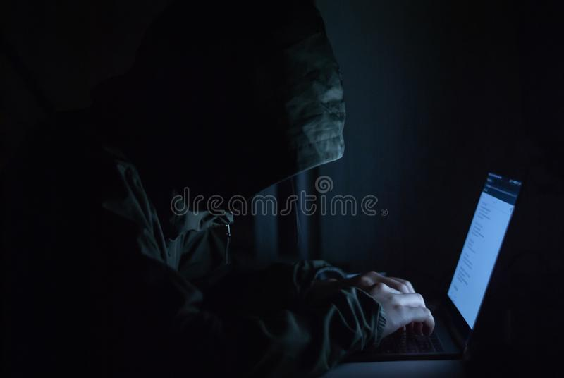 O hacker está em um grupo de aquarelas pretas na parte dianteira Conceitos da segurança da informação de segurança do cyber imagem de stock royalty free