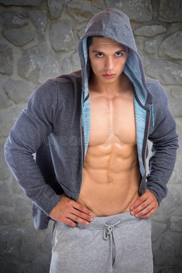O halterofilismo muscular do hoodie do homem novo do halterofilista muscles o corpo imagem de stock