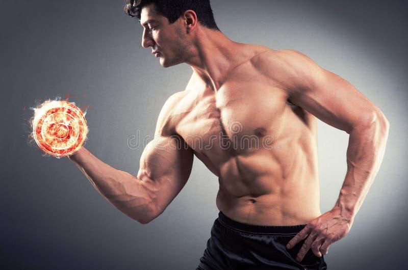 O halterofilista rasgado muscular com pesos ardentes imagens de stock royalty free