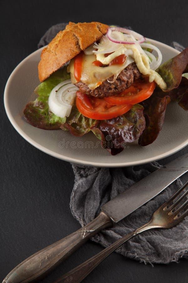 O Hamburger feito home delicioso serviu em uma placa imagens de stock