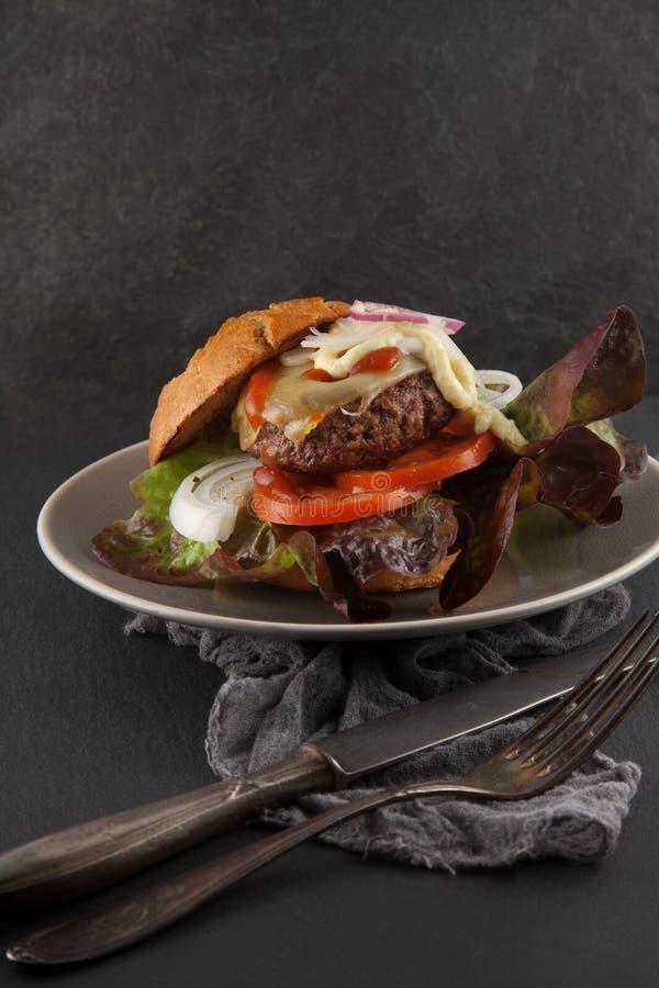 O Hamburger feito home delicioso serviu em uma placa foto de stock
