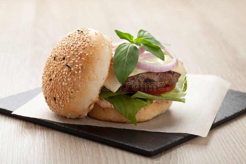 O Hamburger saudável do sanduíche do trigo com bife serviu para o laun foto de stock