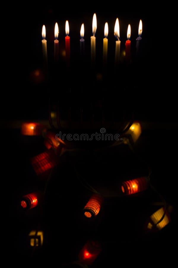 O Hanukkah candles a luz, boas festas fotos de stock