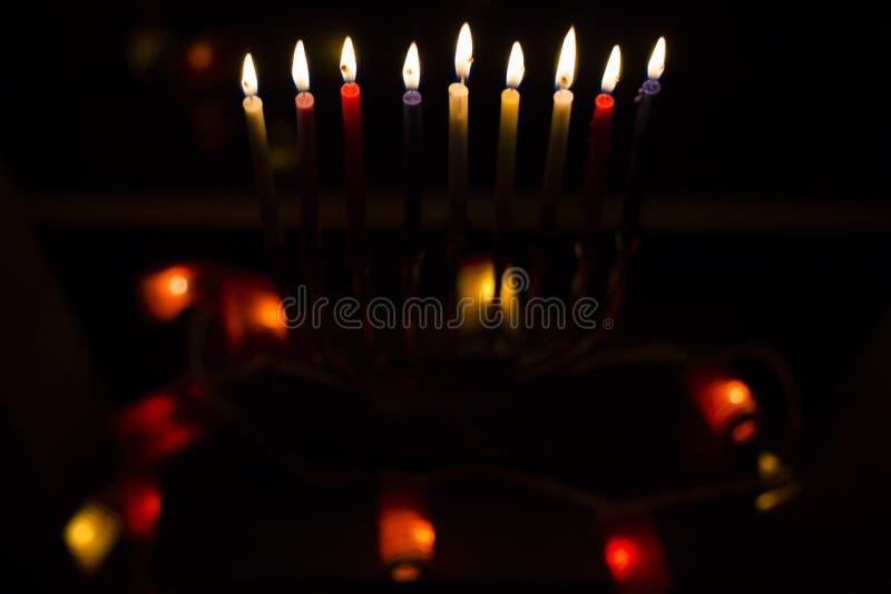 O Hanukkah candles a luz, boas festas fotos de stock royalty free
