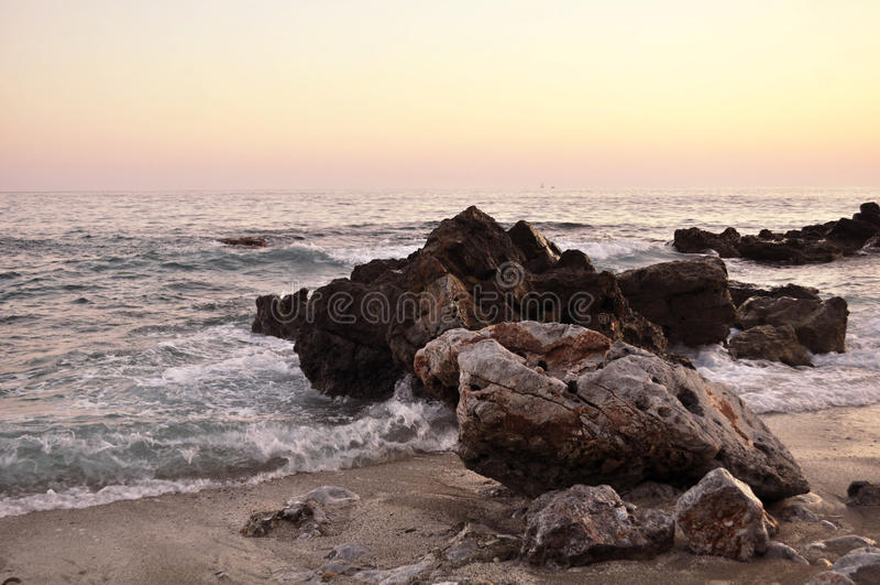 O hard rock com o mar fotos de stock royalty free