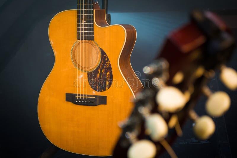 O headstock da guitarra com ajustamento cavilha o tiro macro do detalhe com clássico fotografia de stock royalty free