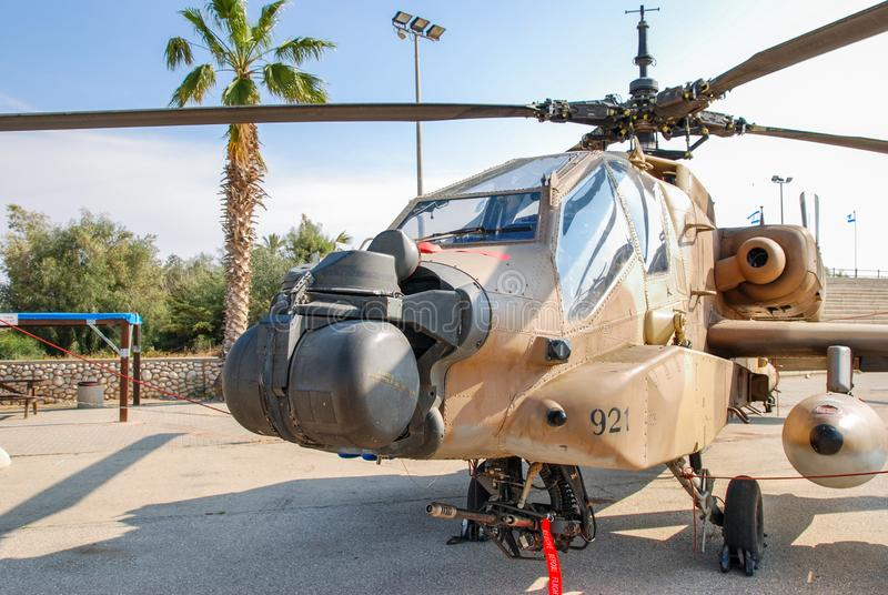 O helicóptero Boeing AH-64A Peten Apache indicou no museu israelita da força aérea fotografia de stock