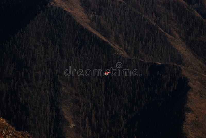 O helicóptero nas montanhas de Altai imagem de stock royalty free