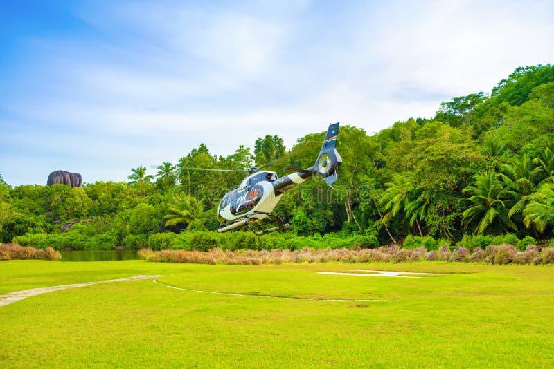 O helicóptero para excursões decola do heliporto fotos de stock royalty free