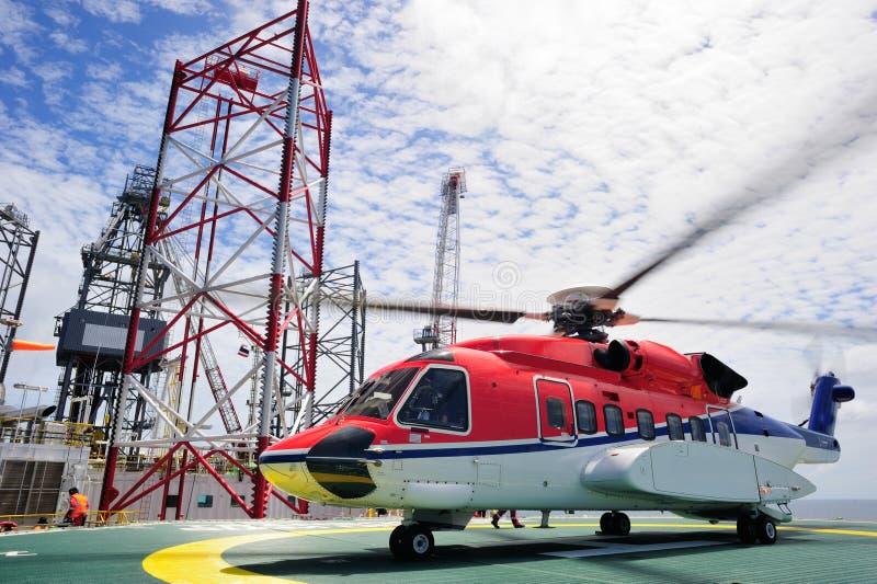 O helicóptero a pouca distância do mar fotografia de stock royalty free