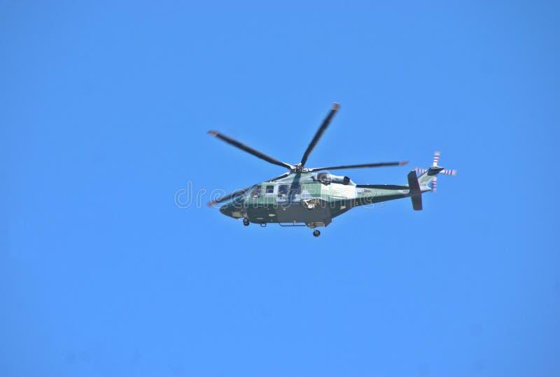 O helicóptero usado em uma tarefa da busca da mulher dois Yong Ductch desapareceu em Volcan panamá foto de stock