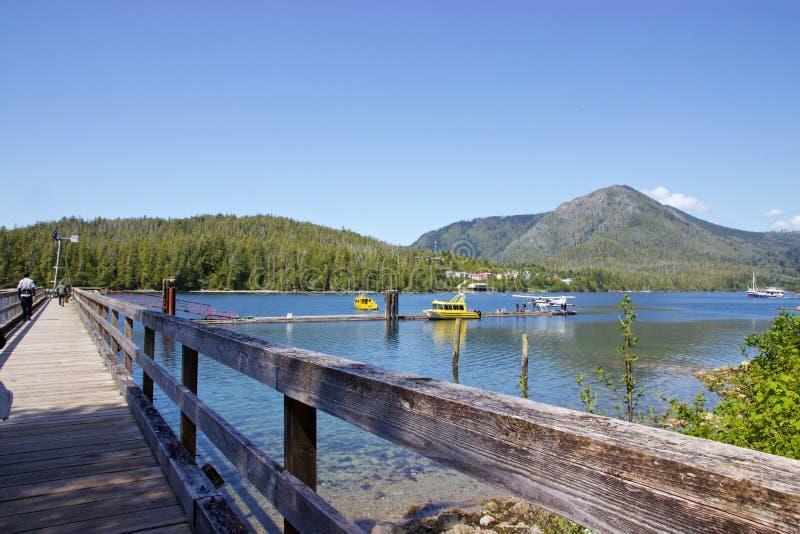 O hidroavião e o barco entraram na angra de Hot Springs, Tofino, Canadá fotografia de stock royalty free
