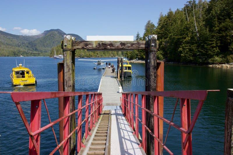 O hidroavião e o barco entraram na angra de Hot Springs, Tofino, Canadá fotos de stock royalty free