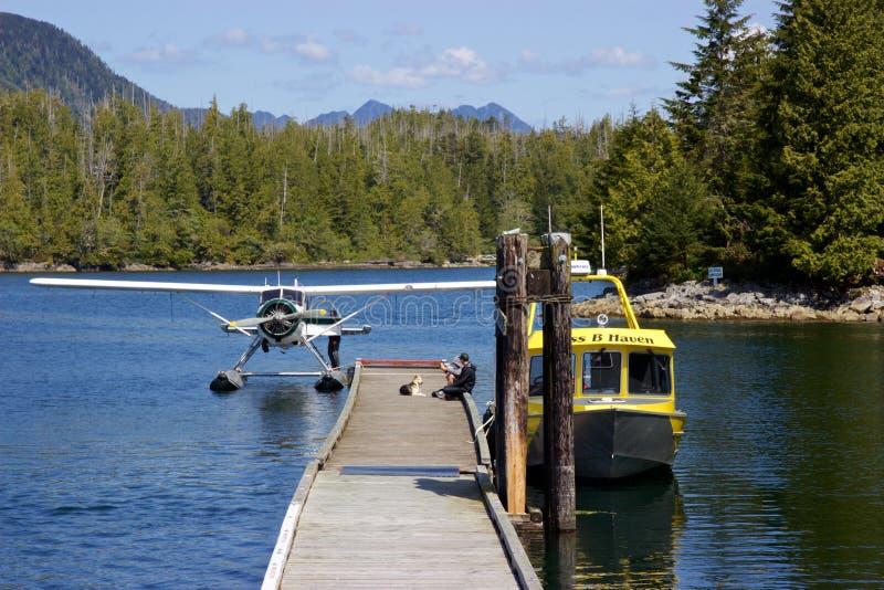 O hidroavião e o barco entraram na angra de Hot Springs, Tofino, Canadá fotos de stock