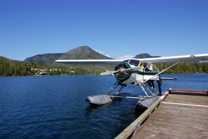 O hidroavião entrou na angra de Hot Springs, Tofino, Canadá imagem de stock