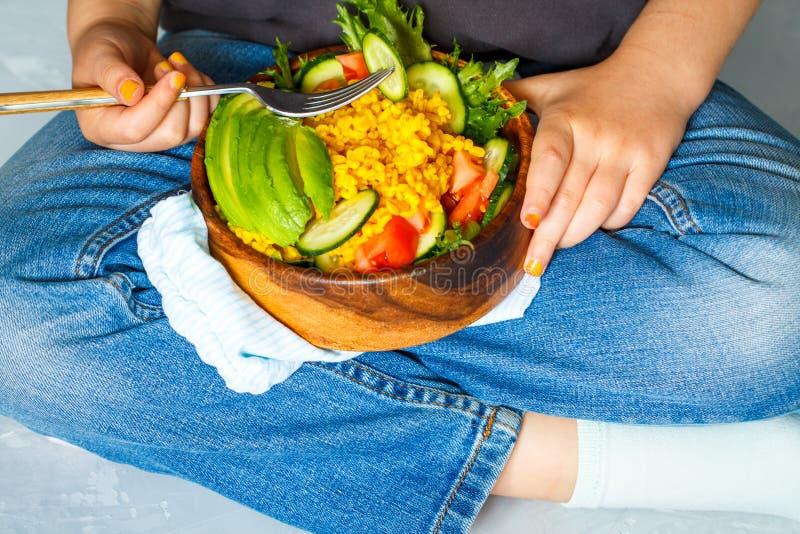 O hild do ¡ de Ð está comendo uma salada saudável com cuscuz e vegetais do bulgur imagem de stock