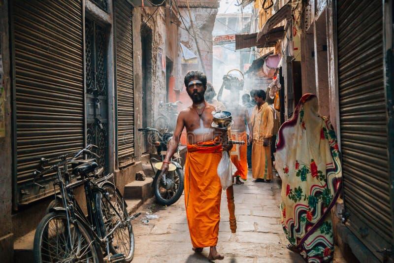 O hindu executa a cerimônia da adoração na rua velha de Bangali Tola em Varanasi, Índia fotos de stock royalty free