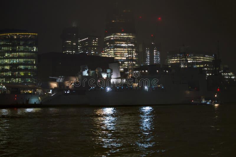 O HMS Belfast amarrou no banco de Tamisa do rio imagem de stock
