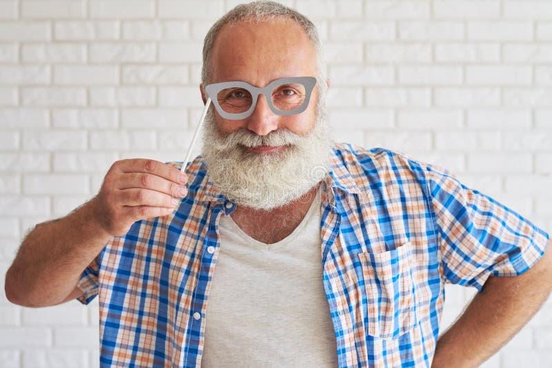 O homem à moda feliz está tentando vidros de papel cinzentos fotos de stock royalty free