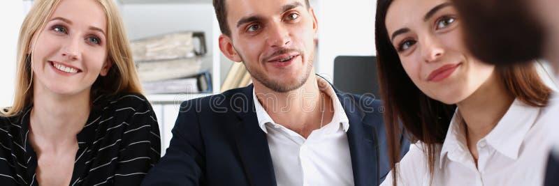 O homem árabe de sorriso no terno agita as mãos fotografia de stock
