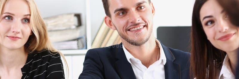 O homem árabe de sorriso no terno agita as mãos foto de stock royalty free